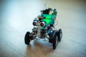 первый прототип робота dolley (arduino uno, ultrasonoc sensor, l293d, шасси на фенольных танках)